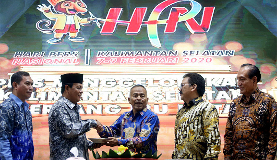 Ketua PWI Pusat Atal S Depari memberikan potongan tumpeng kepada Gubernur Kalimantan Selatan Sahbirin Noor pada puncak Peringatan HPN 2020, Kalimantan Selatan, Minggu (9/2). Foto: Ricardo - JPNN.com