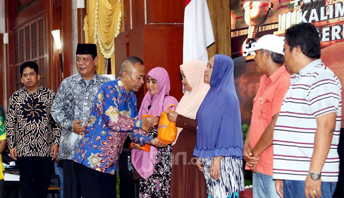 Ketua PWI Pusat Atal S Depari memberikan bingkisan pada puncak Peringatan HPN 2020, Kalimantan Selatan, Minggu (9/2). Foto: Ricardo - JPNN.com