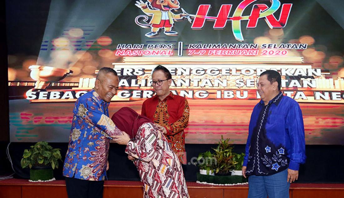 Ketua PWI Pusat Atal S Depari dan Ketua peringatan Hari Pers Nasional (HPN) 2020, Auri Jaya berfoto bersama usai pemberian sertifikat pada puncak Peringatan HPN 2020, Kalimantan Selatan, Minggu (9/2). Foto: Ricardo - JPNN.com