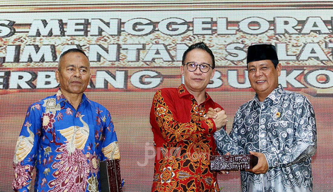Ketua peringatan Hari Pers Nasional (HPN) 2020, Auri Jaya memberikan cinderamata kepada Gubernur Kalimantan Selatan Sahbirin Noor pada puncak Peringatan HPN 2020, Kalimantan Selatan, Minggu (9/2). Foto: Ricardo - JPNN.com