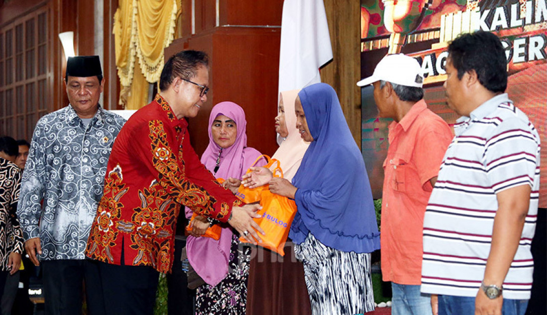 Ketua peringatan Hari Pers Nasional (HPN) 2020, Auri Jaya memberikan bingkisan pada puncak Peringatan HPN 2020, Kalimantan Selatan, Minggu (9/2). Foto: Ricardo - JPNN.com