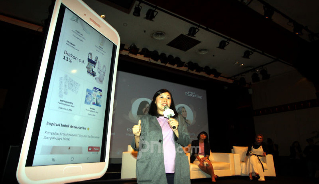 Head of Parenting Orami Cynthia Tenggara, menjelaskan aplikasi Orami Parenting seusai diluncurkan di Jakarta, Rabu (12/2). Foto: Ricardo - JPNN.com