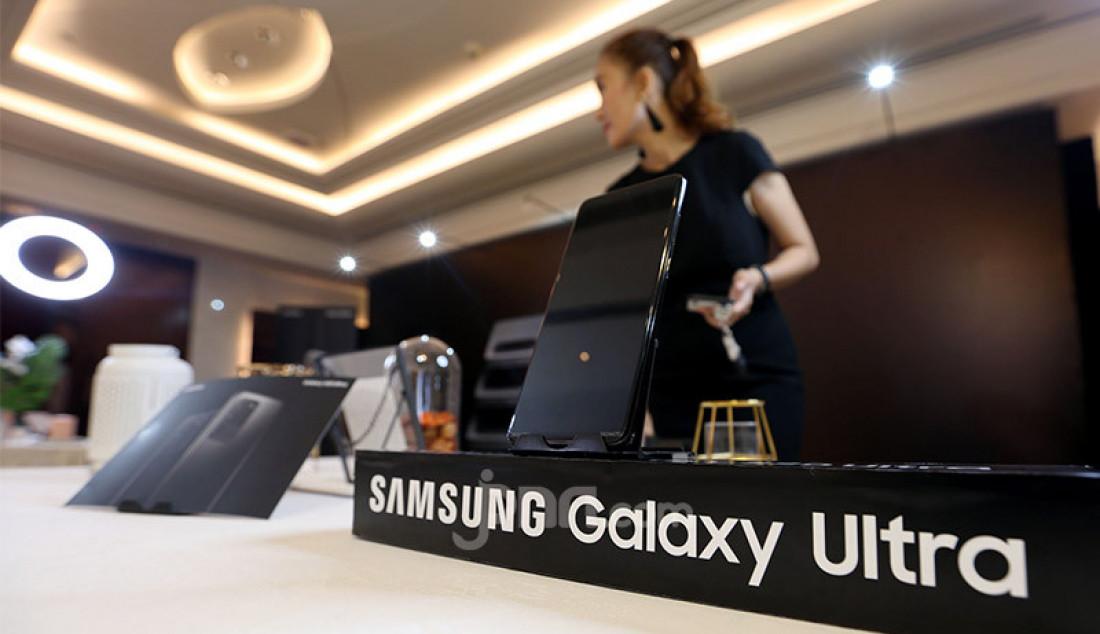 Model menunjukkan Samsung Galaxy S20 Ultra pada acara Hands On Preview Samsung Galaxy S20 Ultra, Jakarta, Kamis (13/2). Galaxy S20 berteknologi kamera AI terbaru dengan image sensor terbesar untuk menghasilkan foto yang menawan. Foto: Ricardo - JPNN.com