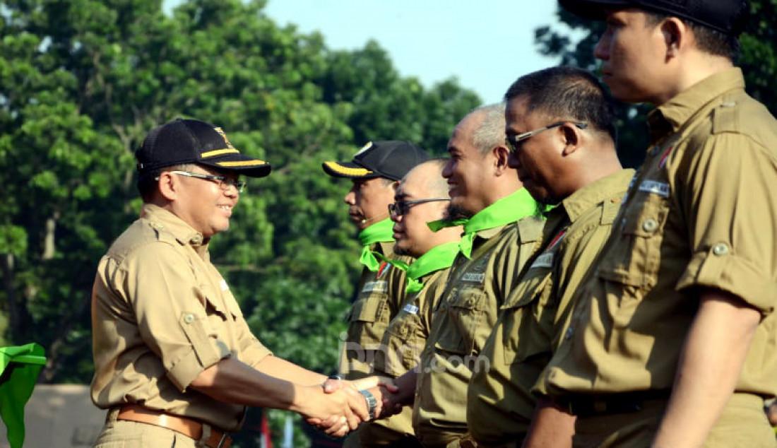 Presiden PKS Sohibul Iman (kiri) menyematkan syal hijau sebagai simbolisasi tanda dimulainya Kembara 2020 PKS kepada perwakilan komandan regu. Foto: Ricardo - JPNN.com