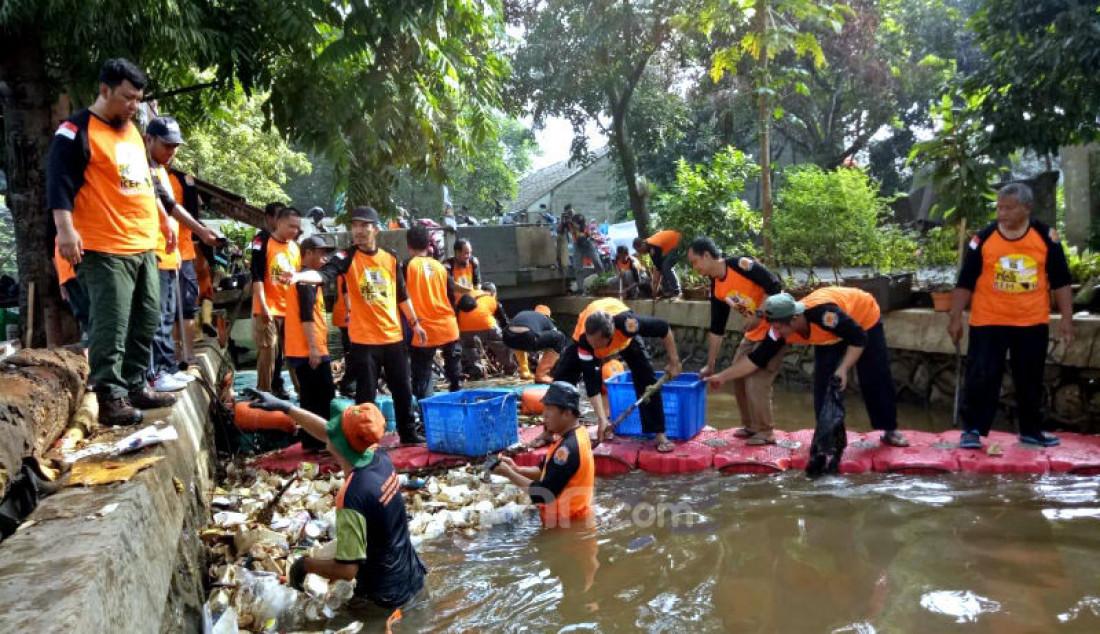 Sejumlah relawan PKS Jakarta Selatan lainnya melakukan bersih-bersih anak kali di wilayah Jagakarsa, Jakarta Selatan, pada rangkaian penutupan Kembara 2020, Minggu (16/2). Foto: Ricardo - JPNN.com