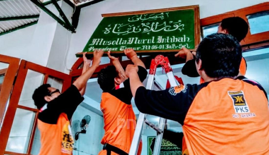 Sejumlah relawan PKS Jakarta Selatan melakukan bakti sosial dengan membersihkan musholla Nurul Intibah di Pengadegan Timur, Jakarta Selatan, dan ini menandai berakhirnya Kembara PKS 2020, Minggu (16/2). Foto: Ricardo - JPNN.com
