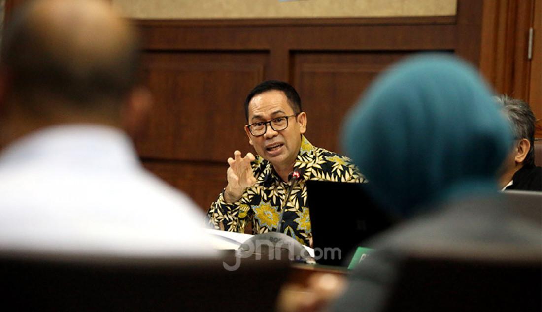 Terdakwa kasus tindak pidana pencucian uang dan korupsi Tubagus Chaeri Wardana alias Wawansaat menjalani sidang lanjutan di Pengadilan Tipikor, Jakarta, Senin (17/2). Sidang lanjutan tersebut beragendakan pemeriksaan saksi. Foto: Ricardo - JPNN.com