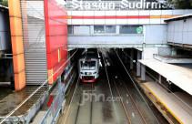 Pasca Hujan Deras, Rel Stasiun Sudirman Terendam Air - JPNN.com