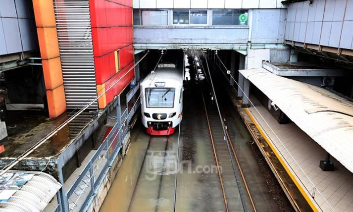 Rel Stasiun Sudirman Tergenang Air - JPNN.com