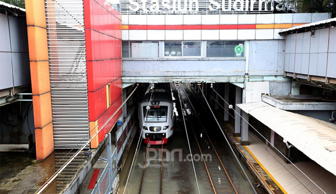 Kereta Bandara Soekarno-Hatta melintasi rel tergenang air di Stasiun Sudirman, Jakarta, Minggu (23/2). Hujan deras mengguyur Jakarta pada malam dini hari membuat sebagian daerah Jakarta terendam air. Foto: Ricardo - JPNN.com