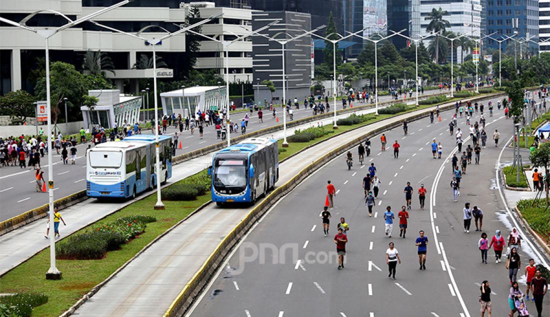Warga melakukan aktivitas olahraga di area car free day, Jakarta, Minggu (23/2). Foto: Ricardo - JPNN.com