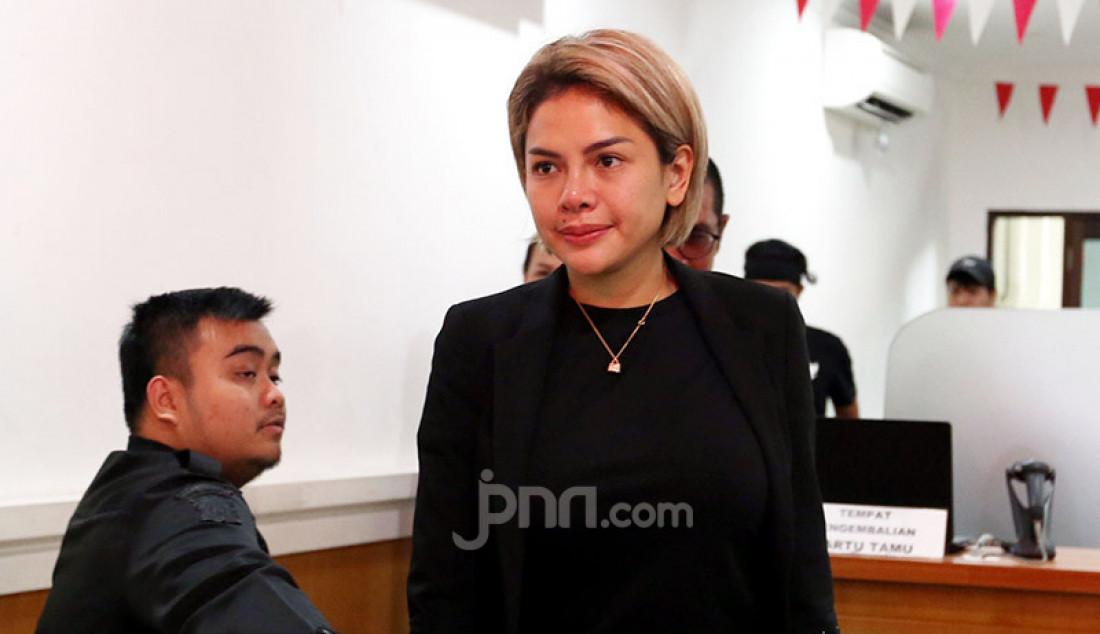 Terdakwa kasus dugaan penganiayaan Nikita Mirzani keluar dari ruang sidang PN Jakarta Selatan, Jakarta, Senin (24/2). Foto: Ricardo - JPNN.com