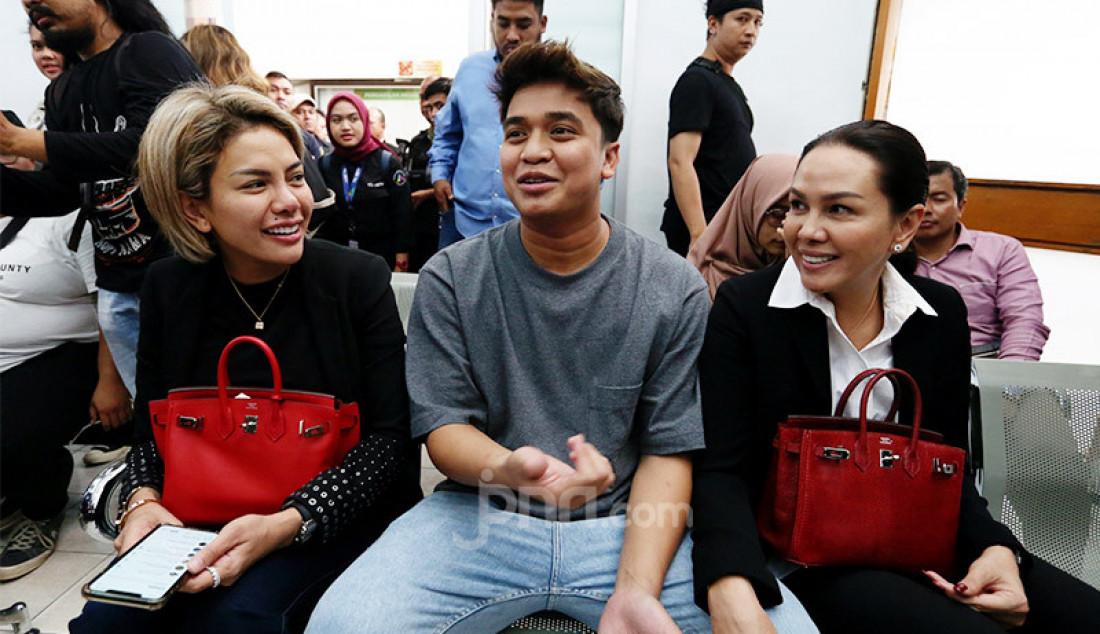 Billy Syahputra mendampingi terdakwa kasus dugaan penganiayaan Nikita Mirzani saat menjalani sidang dakwaan di PN Jakarta Selatan, Jakarta, Senin (24/2). Foto: Ricardo - JPNN.com