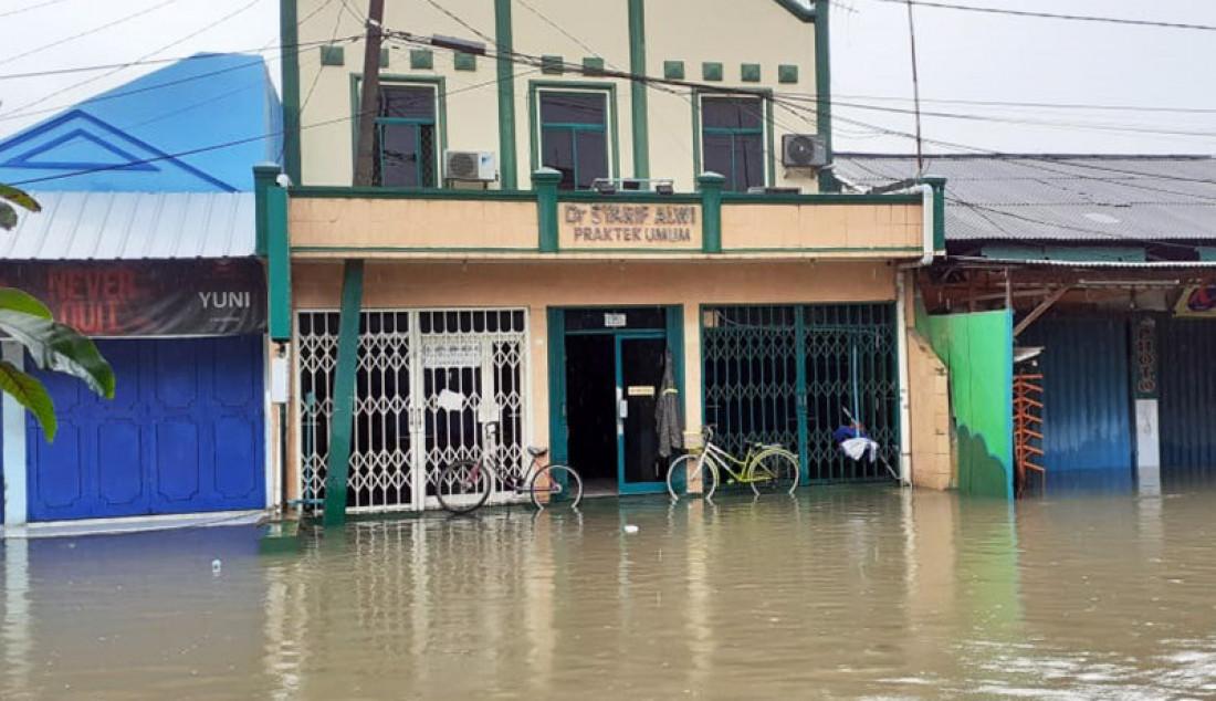 Banjir menggenangi klinik milik Dokter Timnas Syarif Alwi, yang berada di kota Bekasi, Selasa (25/2). Dr Syarif mengatakan bahwa klinik tersebut tergenang air setinggi paha orang dewasa. Foto: Dokter Syarif Alwi for JPNN - JPNN.com