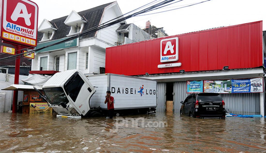 Sejumlah tempat usaha di kawasan Benhil terendam air akibat banjir, Jakarta, Selasa (25/2). Aktivitas jual-beli barang dan jasa menjadi lumpuh. Foto: Ricardo - JPNN.com