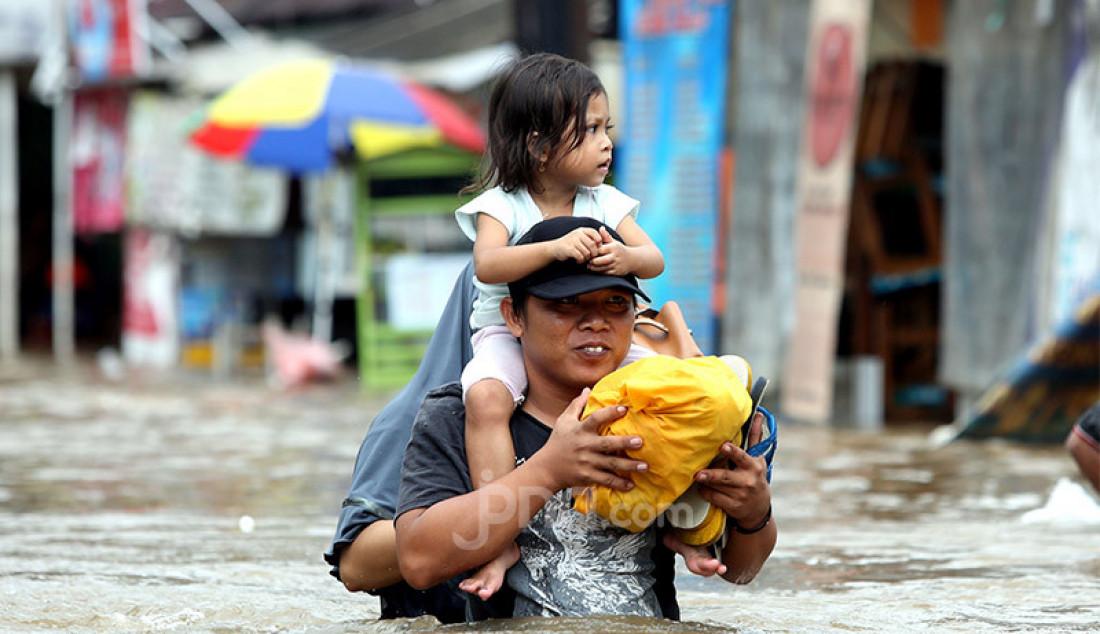 Warga berusaha melewati banjir di kawasan Benhil, Jakarta, Selasa (25/2). Hujan deras mengguyur kota Jakarta pada dini hari membuat sebagian Jakarta mengalami banjir. Foto: Ricardo - JPNN.com