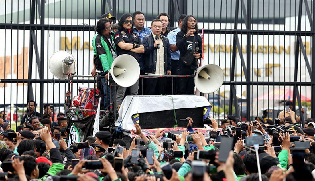 Wakil Ketua DPR Sufmi Dasco Ahmad dan Rachmat Gobel menemui massa pengemudi ojek online yang menggelar aksi di depan Gedung DPR, Jakarta, Jumat (28/2). Mereka menuntut pernyataan pimpinan Komisi V DPR Nurhayati Monoarfa terkait pernyataan soal pembatasan motor. Foto: Ricardo - JPNN.com