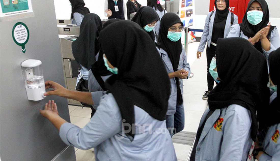 Penumpang mencuci tangan dengan cairan anti septik di Stasiun MRT, Jakarta, Selasa (3/3). PT MRT Jakarta untuk mengatisipasi penularan Virus Corona dengan menyediakan hand sanitizer dan detektor suhu badan di setiap stasiun. Foto: Ricardo - JPNN.com