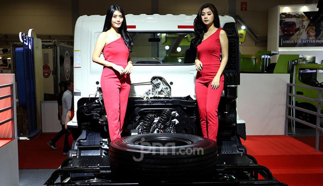 Sales Promotion Girl berpose diatas truk yang dipamerkan pada GAIKINDO Indonesia International Commercial Vehicle (GIICOMVEC) 2020 di JCC, Jakarta, Kamis (5/3). Jasa SPG digunakkan untuk menarik perhatian pengunjung. Foto: Ricardo - JPNN.com