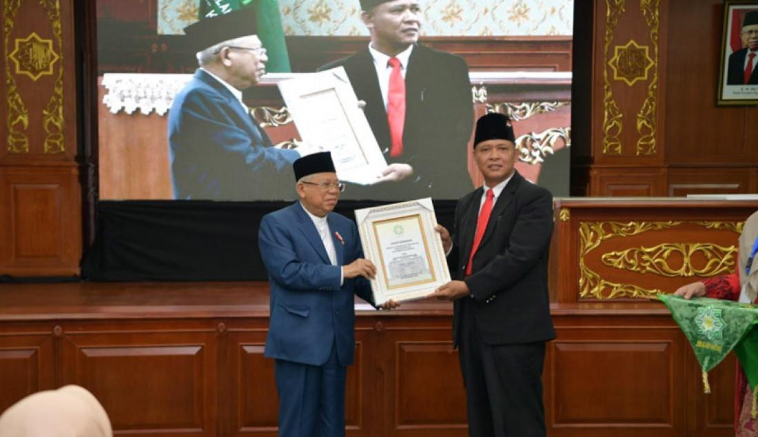 Wapres KH Ma'ruf Amin menerima gelar sebagai Bapak Ekonomi Syariah Indonesia oleh Universitas Islam Negeri Sultan Syarif Kasim (UIN Suska) Riau, Jum'at (6/3). Penanugerahan diberikan langsung oleh rektor UIN. Foto: KIP Setwapres - JPNN.com