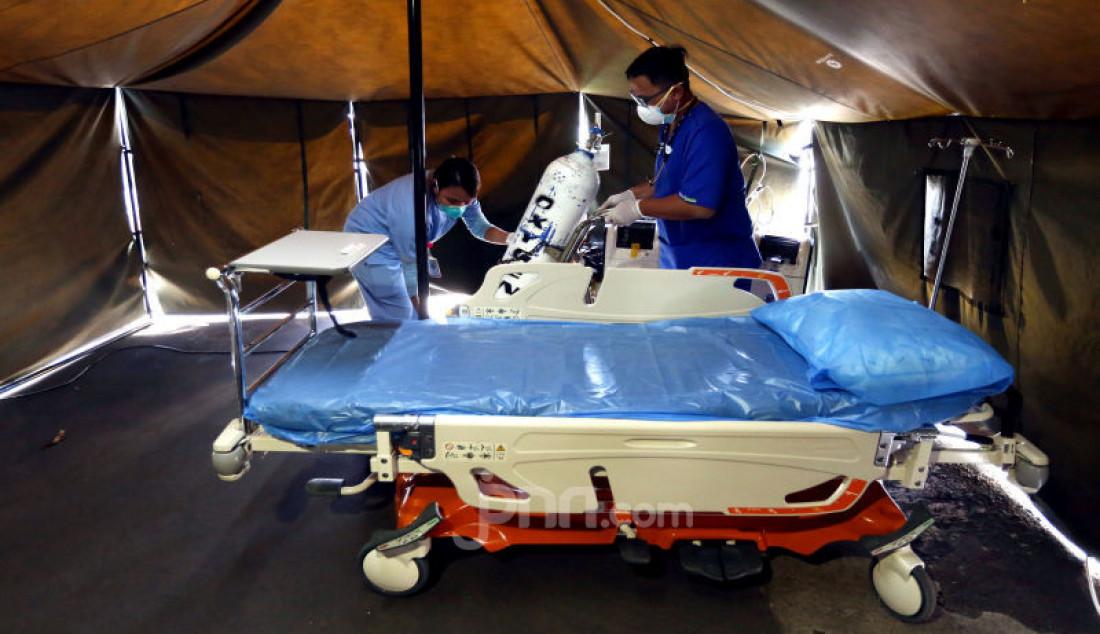 Petugas menyiapkan tempat tidur di tenda isolasi sementara di Rumah Sakit Siloam, Jakarta, Sabtu (7/3). RS Siloam menyediakan fasilitas tenda isolasi sementara, ruangan dekontaminasi dan pengecekan suhu tubuh guna mengantisipasi penyebaran virus corona COVID-19. Foto: Ricardo - JPNN.com