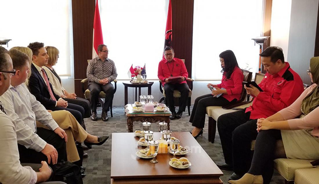 Sekretaris Jenderal PDI Perjuangan Hasto Kristiyanto menerima delegasi Partai Buruh Australia atau Australian Labor Party (ALP) yang dipimpin oleh Luke Gosling di Kantor DPP PDIP, Jakarta, Senin (9/3). Foto: Fathan Sinaga - JPNN.com