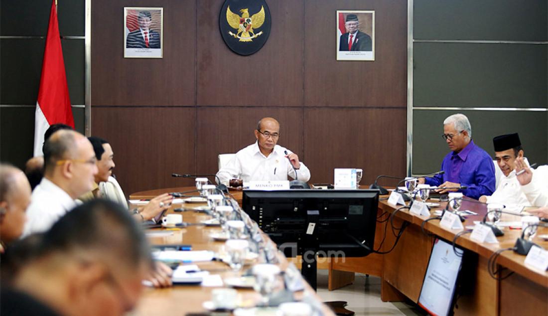 Menko PMK Muhadjir Effendy memimpin Rakor Tingkat Menteri (RTM) tentang Revisi Hari Libur Nasional dan Cuti Bersama 2020 di Kemenko PMK, Jakarta, Senin (9/3). Foto: Ricardo - JPNN.com