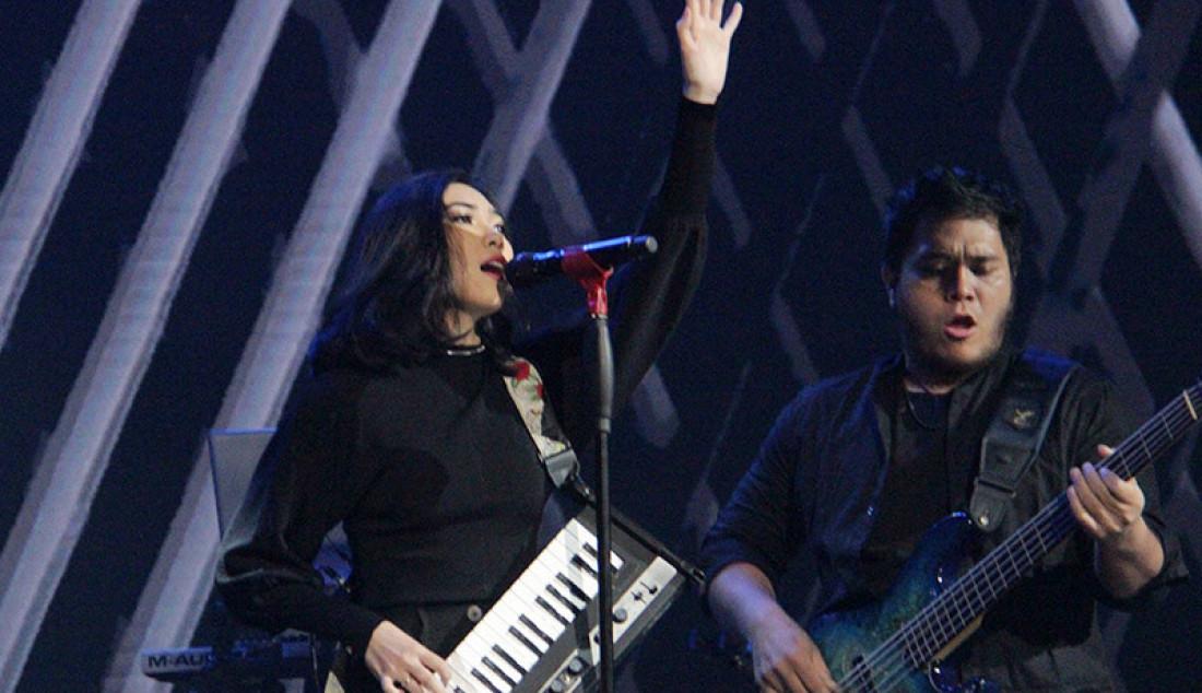 Penyanyi Isyana memukau konser Kemenangan Idol dengan membawakan lagu 'Lexicon', Jakarta, Senin (9/3). Isyana tampil denghan membawakan lagu yang menceritakan tentang dirinya yang sebenernya. Foto: Aksan Yusuf for JPNN.com - JPNN.com