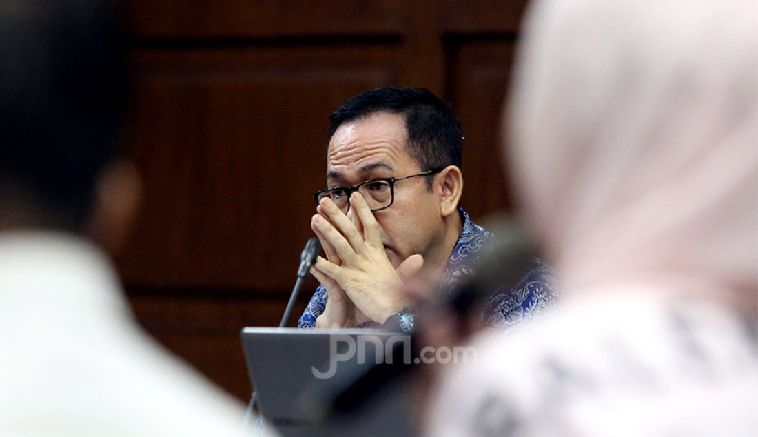 Tersangka kasus tindak pidana pencucian uang, Tubagus Chaeril Wardana saat menjalani sidang di Pengadilan Tipikor, Jakarta, Kamis (12/3). Jennifer Dunn menjadi salah seorang saksi yang dihadirkan. Foto: Ricardo - JPNN.com