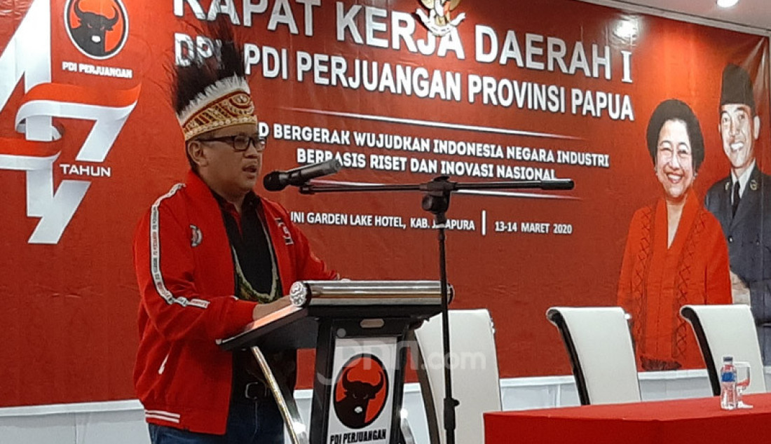Sekjen PDIP Hasto Kristiyanto membuka Rakerda I DPD Papua, Jayapura, Jumat (13/2). Hasto juga menyampaikan pesan dan jaket hoodie dari Ketum PDIP Megawati Soekarnoputri kepada kader PDIP di Papua. Foto: Boy - JPNN.com