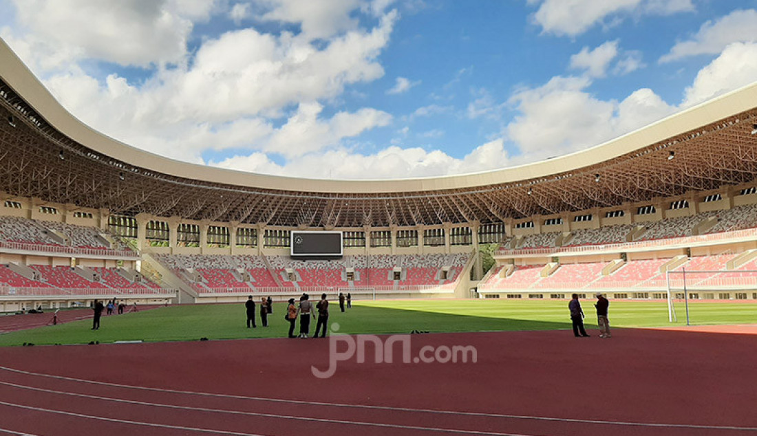 Stadion Utama Papua Bangkit yang berada di Sentani, Kabupaten Jayapura, Papua, Rabu (18/3). Stadion ini kini tengah dibenahi demi pelaksanaan PON XX di Papua. Foto: Boy - JPNN.com