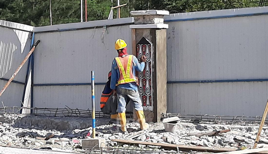Pekerja tengah merapikan pagar Stadion Utama Papua Bangkit di Sentani, Kabupaten Jayapura, Papua, Rabu (18/3). Pembenahan terus dilakukan demi menyambut PON XX di Papua. Foto: Boy - JPNN.com