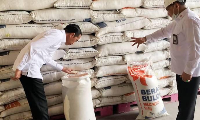 Presiden Jokowi Tinjau Gudang Bulog