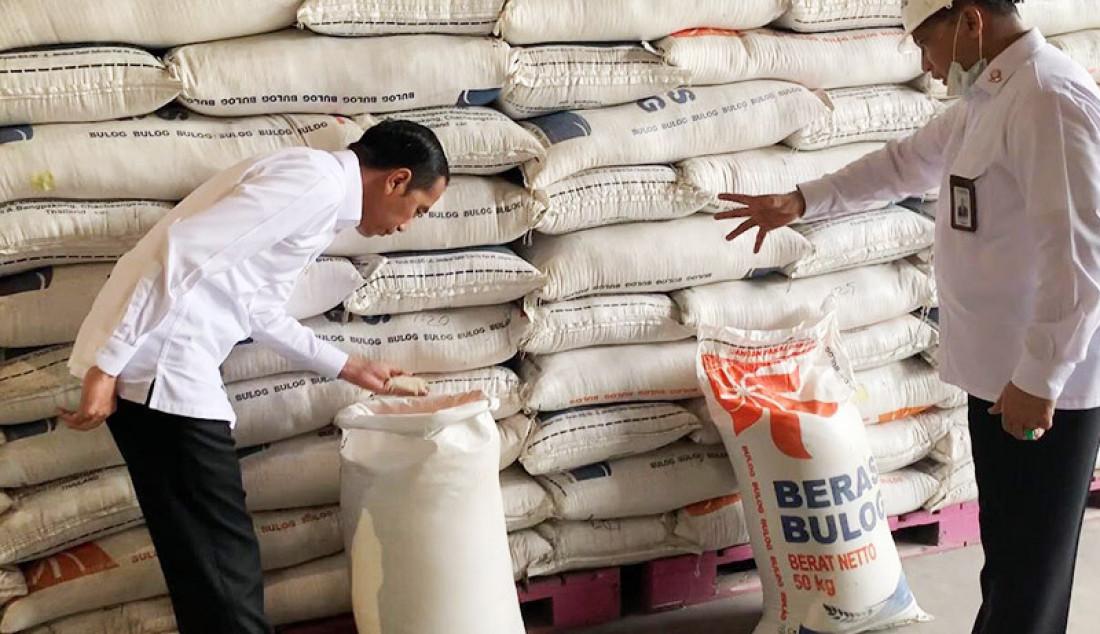 Presiden Joko Widodo saat meninjau Gudang Bulog di Kelapa Gading, Jakarta, Rabu (18/3). Peninjauan itu dalam rangka memeriksa ketersediaan bahan pangan, terutama beras. Foto: Biro Pers Sekretariat Negara - JPNN.com