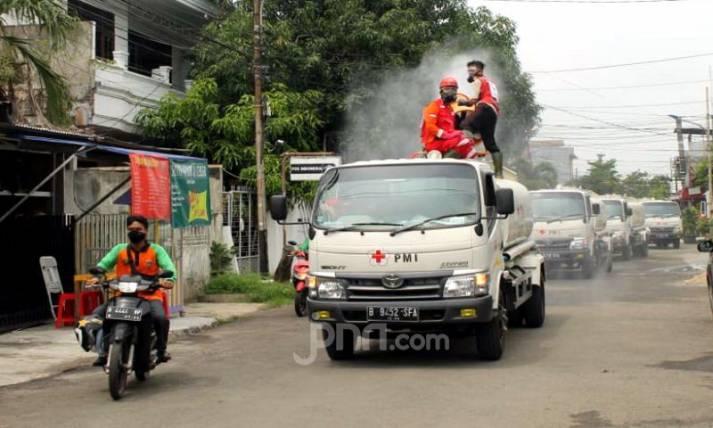 PMI Kerahkan Relawan Semprotkan Disinfektan di 600 wilayah DKI Jakarta - JPNN.com