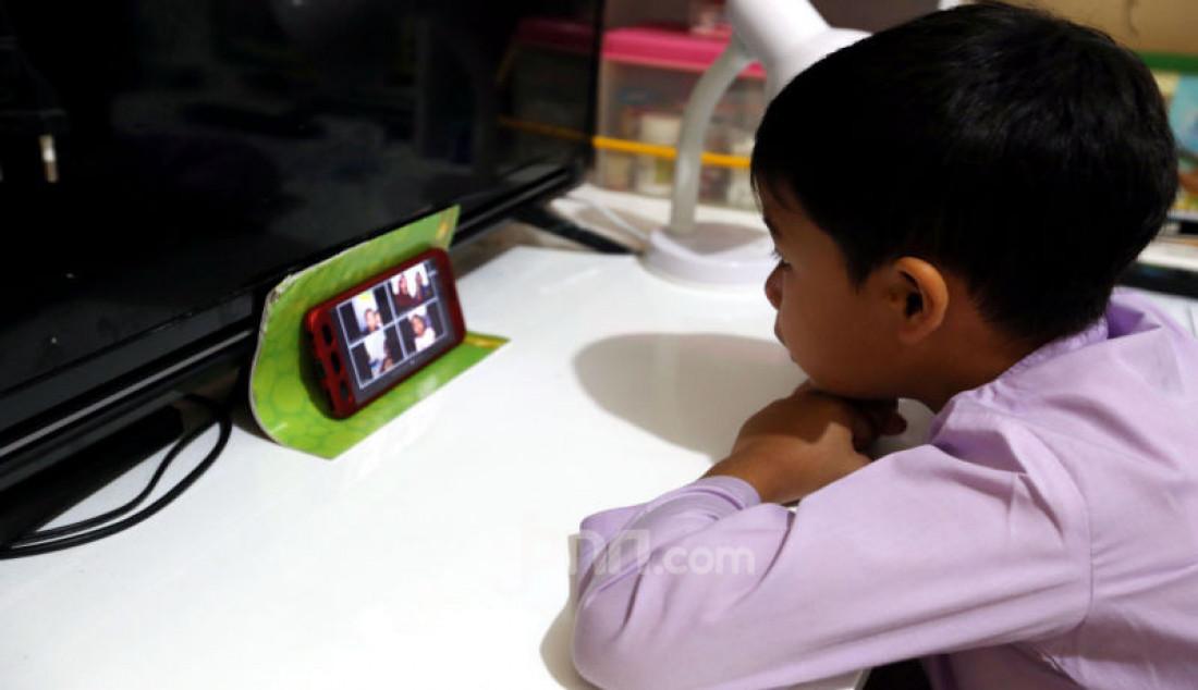 Siswa TK B Generasi Ahad i School, Bojonggede Kabupaten Bogor melakukan kegiatan belajar online di rumah melalui video confrence, Jawa Barat, Jumat (27/3). Foto: Ricardo - JPNN.com