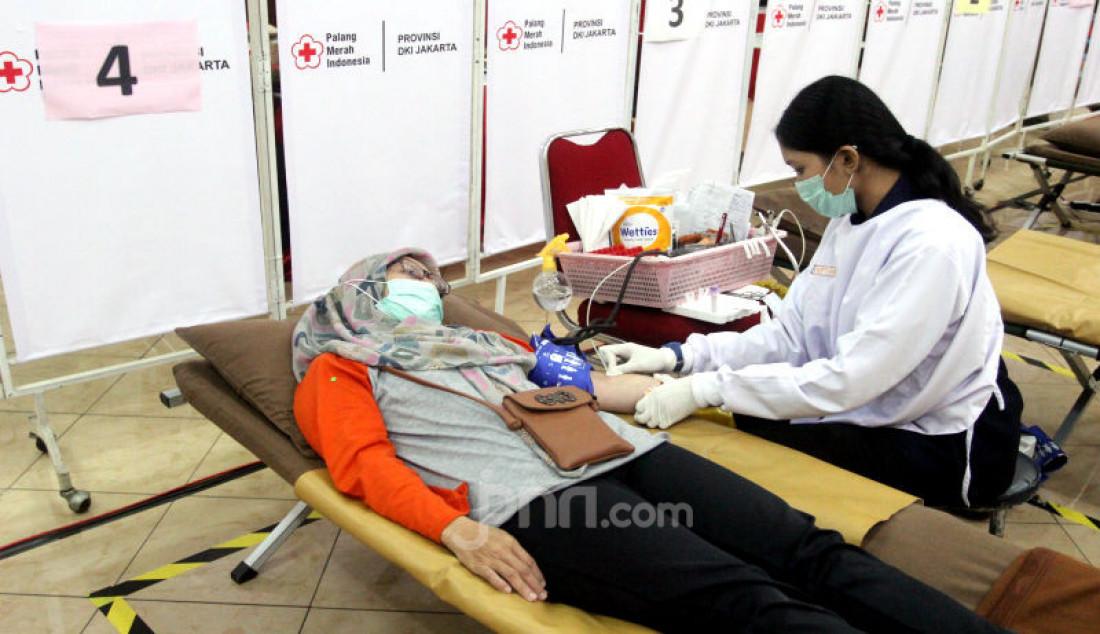 PMI kembali mengajak masyarakat untuk tetap mendonorkan darahnya karena tetap aman dilakukan walaupun di tengah kondisi saat ini. PMI menerapkan protokol terkait dengan pelaksaan donor darah di masing-masing Unit Donor Darah (UDD) untuk membuat masyarkat aman, nyaman, dan tenang dalam mendonorkan darahnya. Foto: Ricardo - JPNN.com