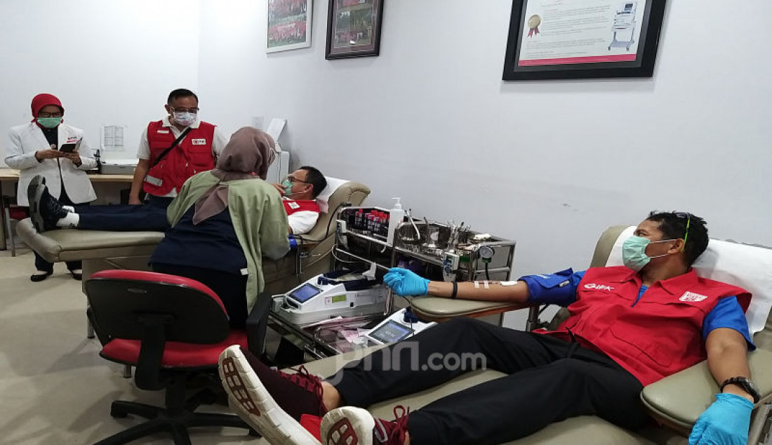 Penasehat Relawan Siaga Sandiaga Uno sedang melakukan donor darah sekaligus mengedukasi masyarakat tentang aktivitas donor darah tetap aman di tengah kondisi wabah virus Covid-19 yang berlangsung di kantor PMI DKI Jakarta, Selasa (31/3). Foto: Ricardo - JPNN.com
