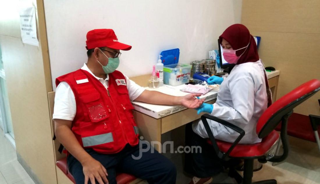 Sekjen PMI Sudirman Said melakukan donor darah sekaligus mengedukasi masyarakat tentang aktivitas donor darah tetap aman di tengah kondisi wabah virus Covid-19 yang berlangsung di kantor PMI DKI Jakarta, Selasa (31/3). Foto: Ricardo - JPNN.com