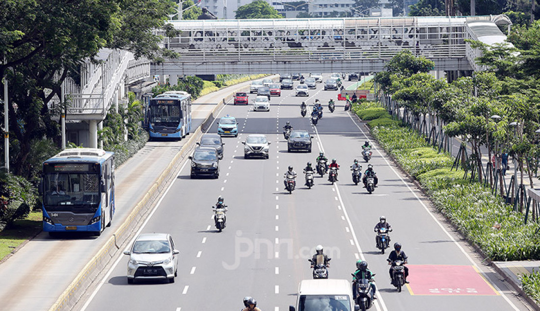 Sejumlah kendaraan roda empat dan dua melintas di Jalan Jendral Sudirman, Jakarta, Rabu (8/4). Pemprov DKI Jakarta akan memberlakukan Pembatasan Sosial Berskala Besar (PSBB) mulai 10 April 2020. Foto: Ricardo - JPNN.com