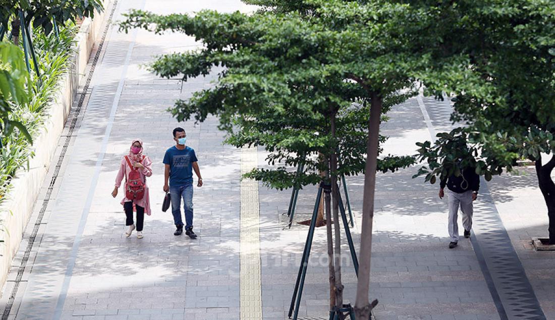 Pejalan kaki saat melintas di trotoar Jalan Jendral Sudirman, Jakarta, Rabu (8/4). Pemprov DKI Jakarta akan memberlakukan Pembatasan Sosial Berskala Besar (PSBB) mulai 10 April 2020. Foto: Ricardo - JPNN.com