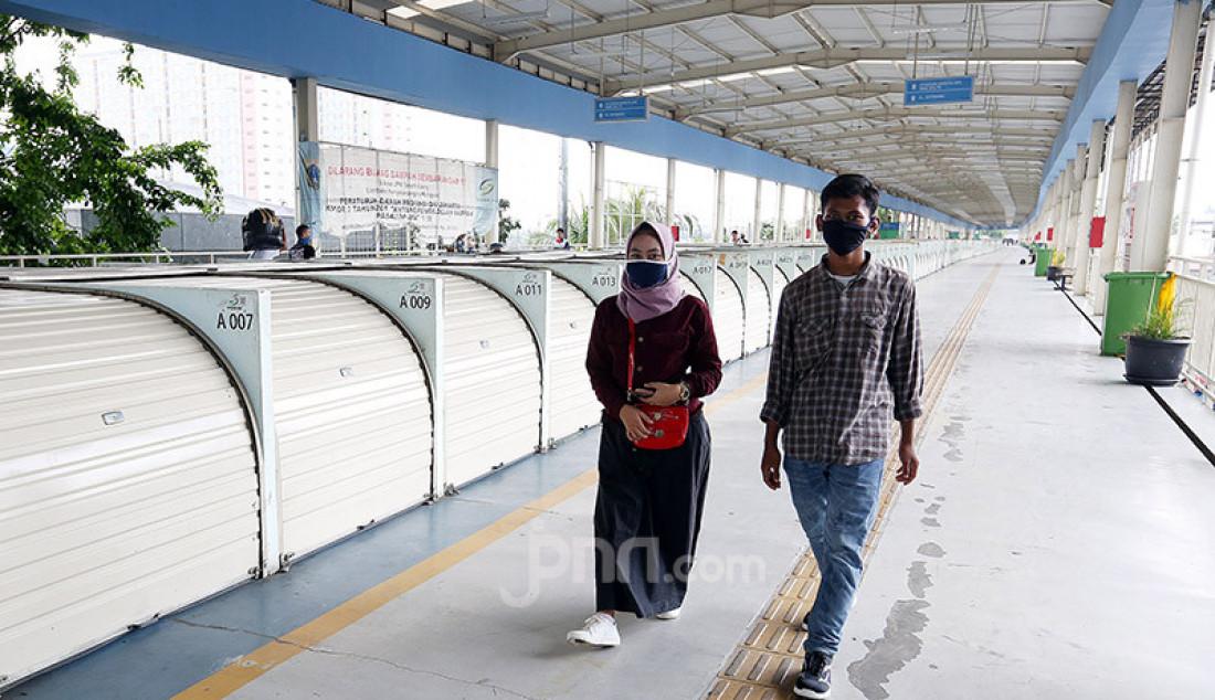 Sejumlah toko di Jembatan Penyeberangan Multiguna Tanah Abang tutup, Jakarta, Rabu (8/4). Pemprov DKI Jakarta akan memberlakukan Pembatasan Sosial Berskala Besar (PSBB) mulai 10 April 2020. Foto: Ricardo - JPNN.com
