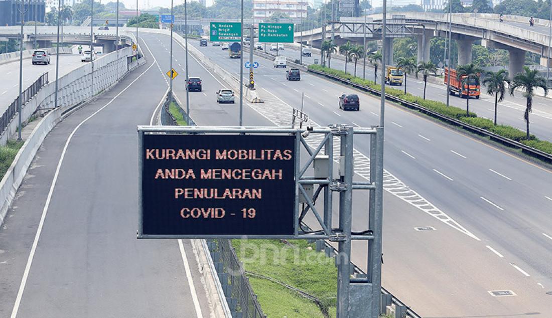 Suasana Tol Lingkar Luar Jakarta ruas Pondok Pinang-TMII pasca pemberlakuan PSBB di Jakarta terlihat lengang, Jakarta, Jumat (10/4). Foto: Ricardo - JPNN.com