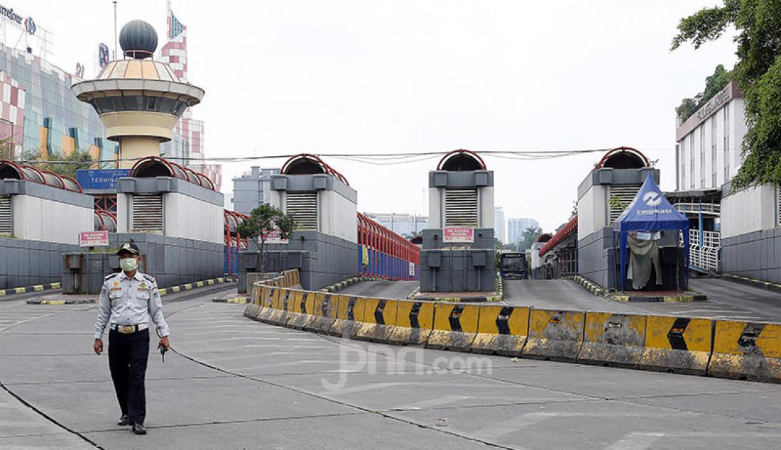 Suasana Terminal Blok M nampak terlihat sepi pasca pemberlakuan Pembatasan Sosial Berskala Besar (PSBB) di Jakarta, Jumat (10/4). Foto: Ricardo - JPNN.com