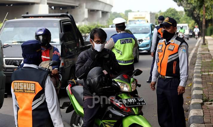 Petugas Sosialisasikan Pemakaian Masker Selama PSBB - JPNN.com