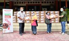 Bantu Atasi Dampak Pandemi Covid-19, Sharp Indonesia Donasikan 500 Sembako - JPNN.com