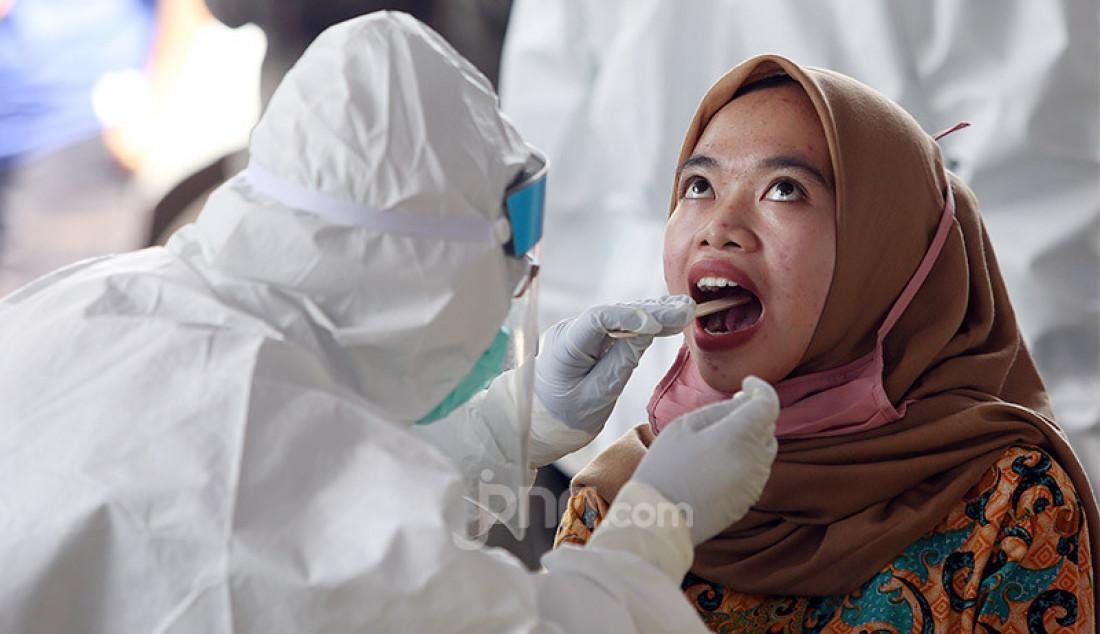 Petugas medis melakukan tes swab di Pasar Kebon Kembang, Bogor, Jawa Barat, Jumat (8/5). Pemkot Bogor melakukan tes swab sebanyak 175 untuk pedagang dan pelaku usaha di pasar tersebut. Foto: Ricardo - JPNN.com