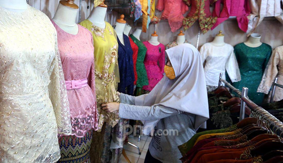 Pedagang membenahi display kebaya pada sebuah toko di sentra konveksi Bulak Timur, Depok, Senin (11/5). Penjualan saat ini mengalami penurunan drastis dari tahun lalu. Foto: Ricardo - JPNN.com