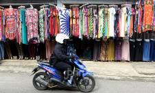 Pedagang Akui Penjualan Baju Lebaran Menurun - JPNN.com
