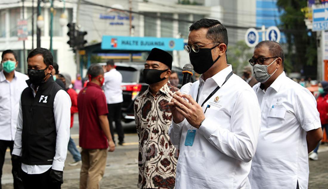 Mensos Juliari P Batubara bersama Menko PMK Muhadjir Effendy memberikan keterangan pers usai peninjauan penyerahan bantuan sosial tunai, Bogor, Rabu (13/5). BLT akan diberikan dalam dua tahap sebelum Idul Fitri. Foto: Ricardo - JPNN.com